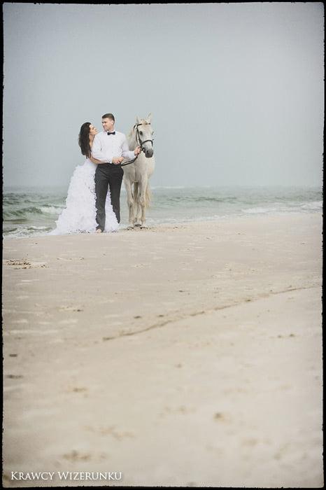 Magda i Rafał | sesja we mgle | plener w stadninie 4