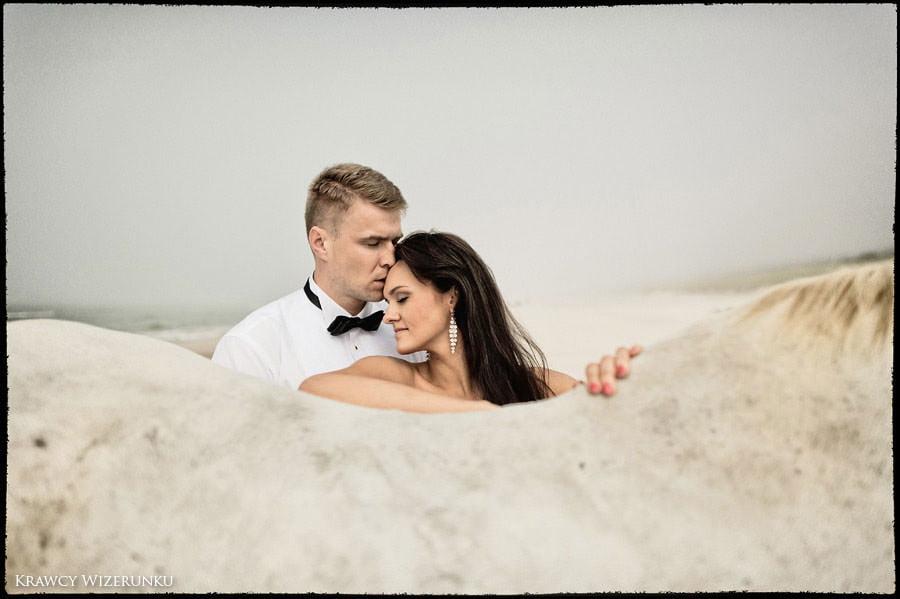 Magda i Rafał | sesja we mgle | plener w stadninie 24