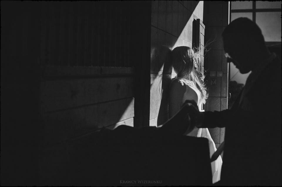 Sesja w kwaterze myśliwskiej | Kasia i Paweł | zdjęcia z wściekłym czarnym koniem w tle 9