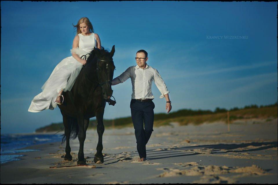 Sesja w kwaterze myśliwskiej | Kasia i Paweł | zdjęcia z wściekłym czarnym koniem w tle 11