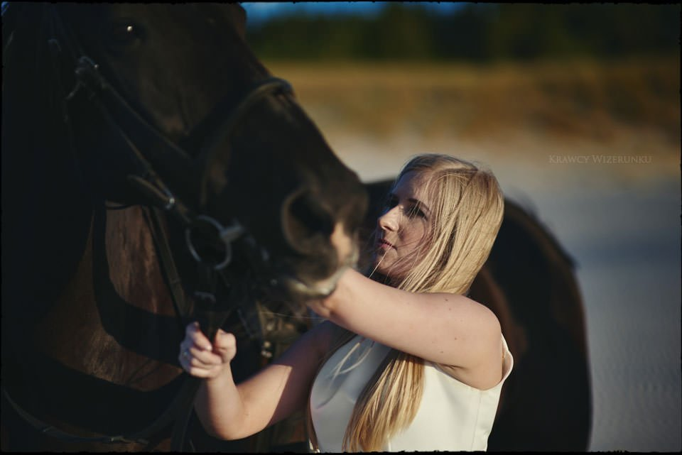 Sesja w kwaterze myśliwskiej | Kasia i Paweł | zdjęcia z wściekłym czarnym koniem w tle 12
