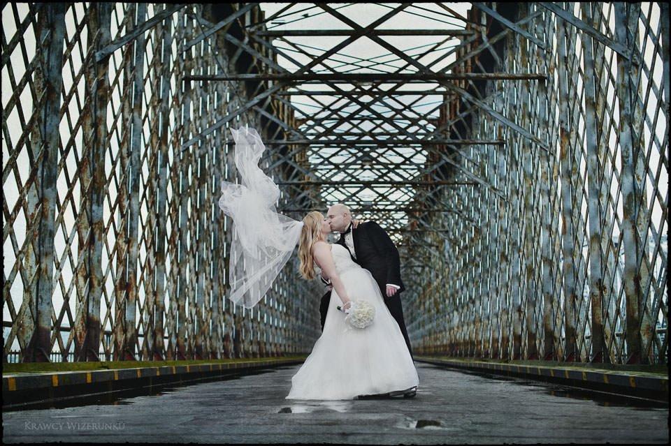Sesja ślubna na moście i plaży 11