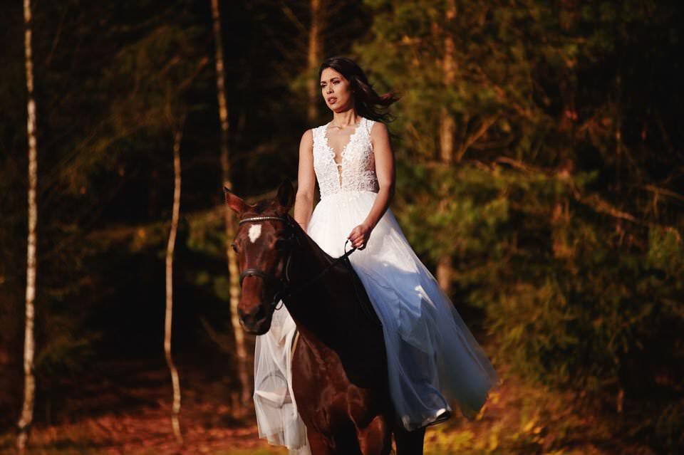 Sesja ślubna z końmi w Otominie 78