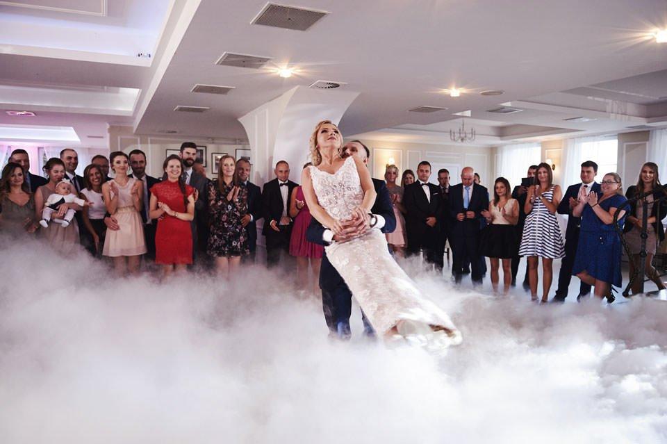 pierwszy taniec w ciężkim dymie