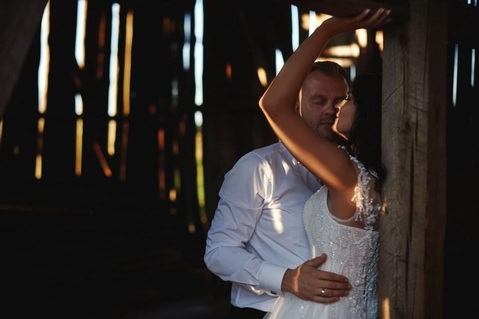 zmysłowa sesja w opuszczonej stodole,fotografia ślubna Gdańsk