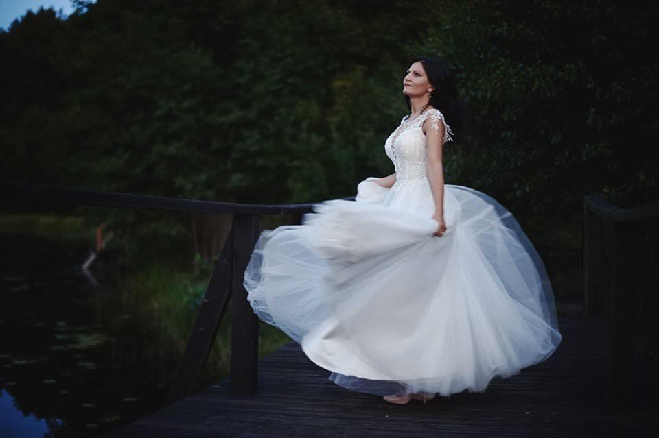 tańcząca Panna Młoda w zwiewnej sukni ślubnej